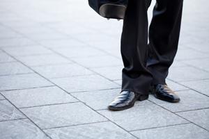 顧客は営業の靴を見ている