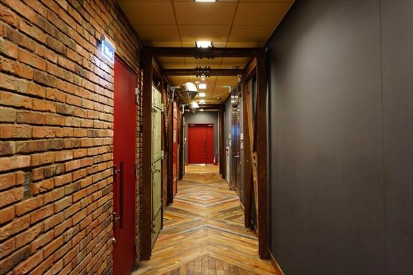 廊下の床材には、アメリカの廃工場の木材を使用しているそう
