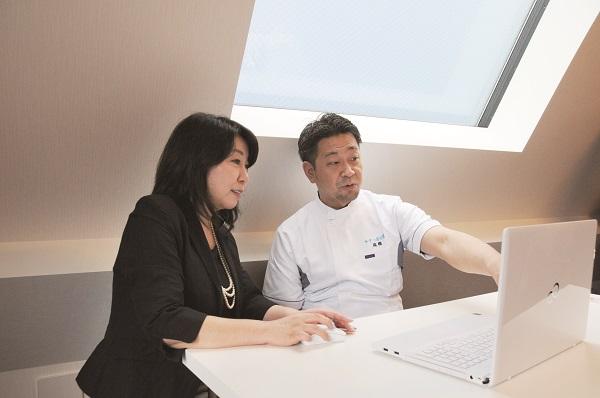 田中順子税理士(税理士法人A.Iブレイン)と現在の財務状況を確認する髙橋院長。 信頼できる税理士との出会いは経営にとってとても重要だ。