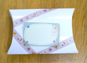 マスキングテープで箱にメッセージカードを貼った例