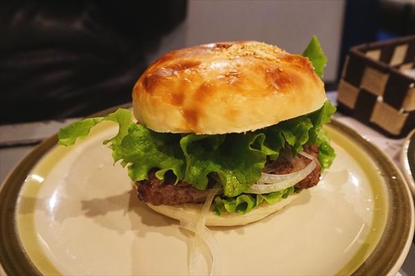 市の名物「ネイビーバーガー」。美味しい食べ物も魅力のひとつ