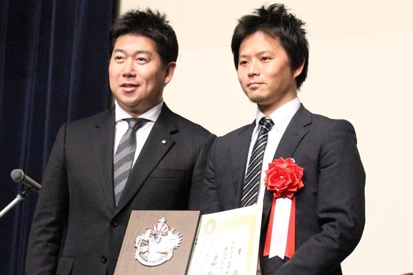 かわさき起業家大賞を受賞した、青柳氏(右)と福田市長(左)。
