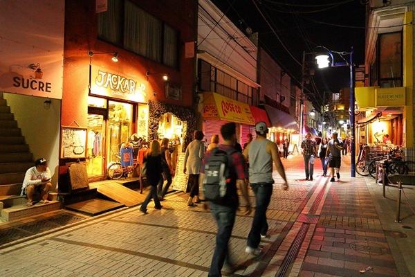 中心街の「どぶ板通り」。夜は外国のような雰囲気に