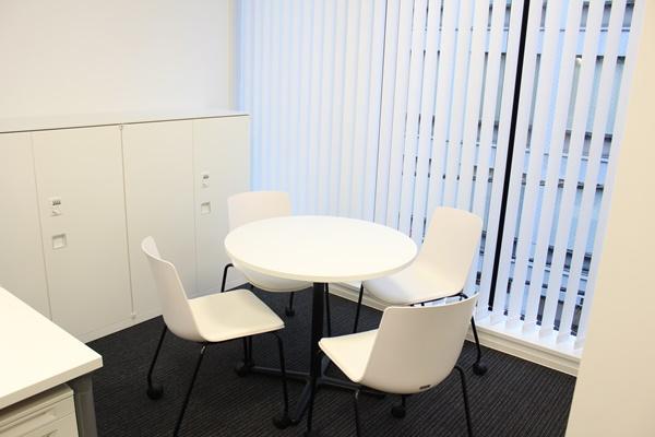 デスクの他に、ミーティング席が用意された部屋も